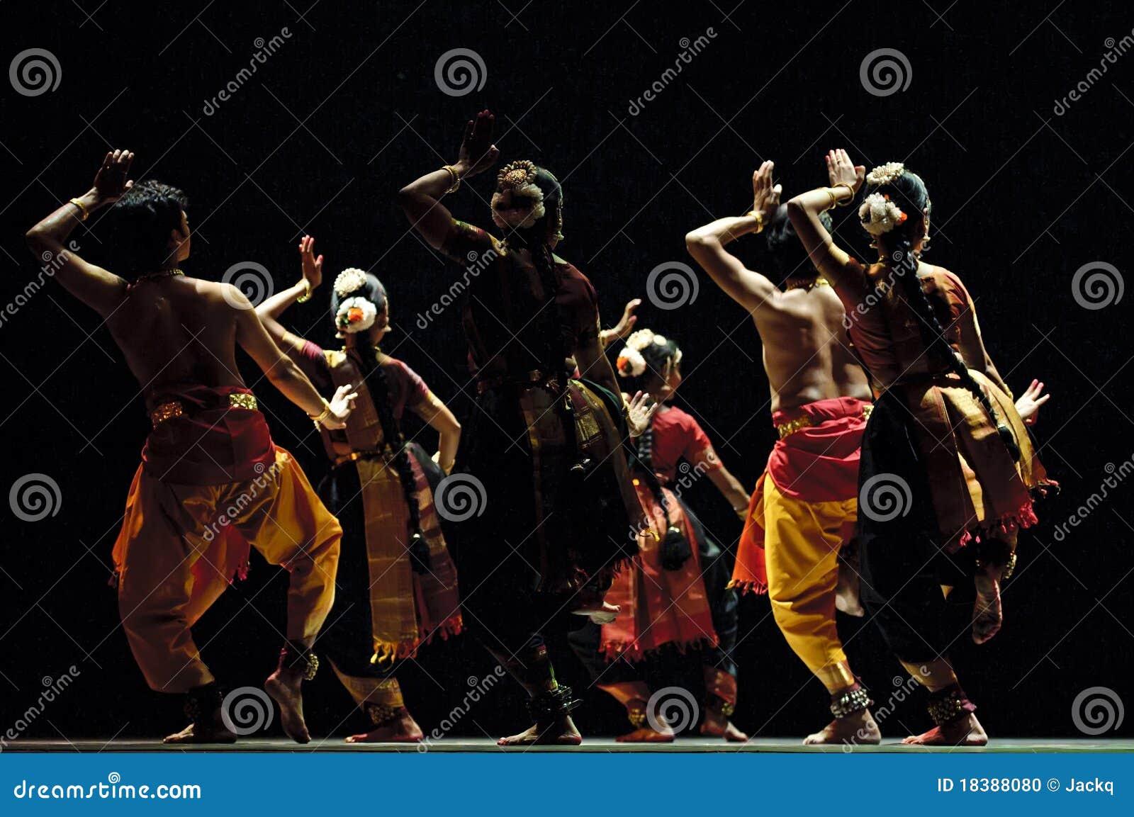 Индийское представление фольклорной танцульки