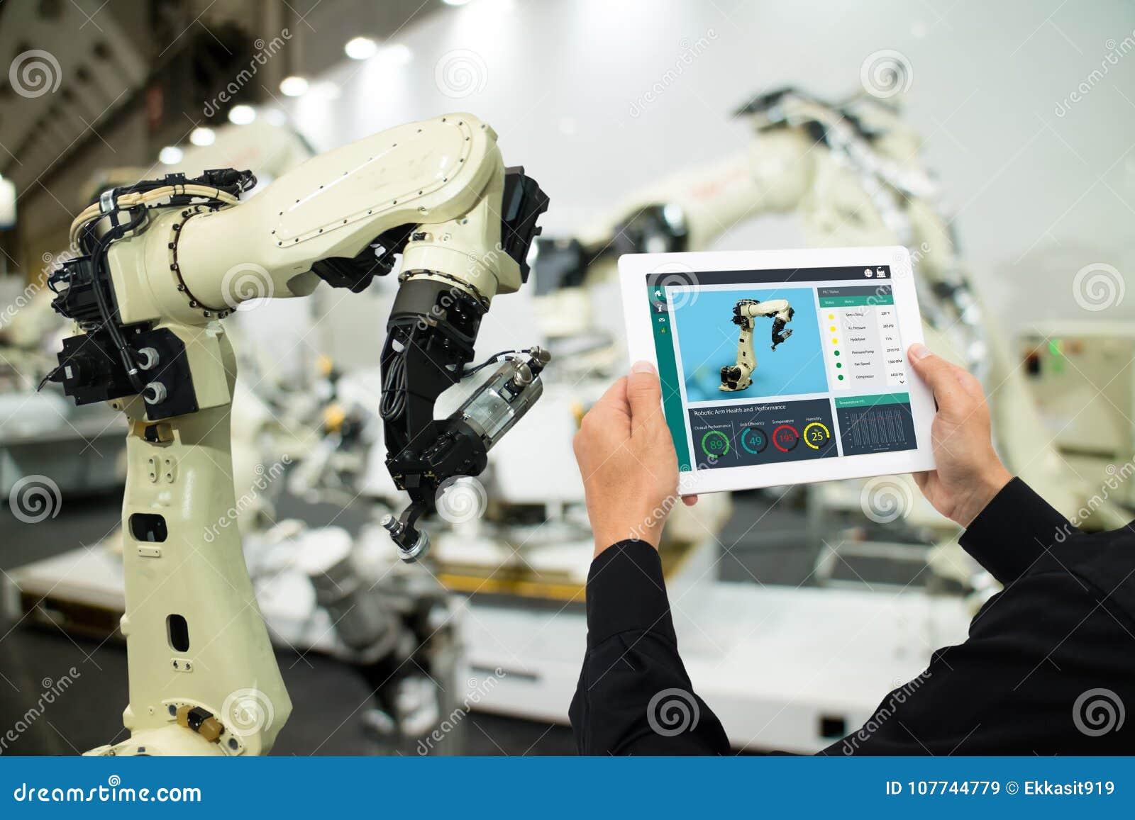 Индустрия 4 Iot 0 концепций, промышленный инженер используя увеличенное программное обеспечение, виртуальную реальность в таблетк