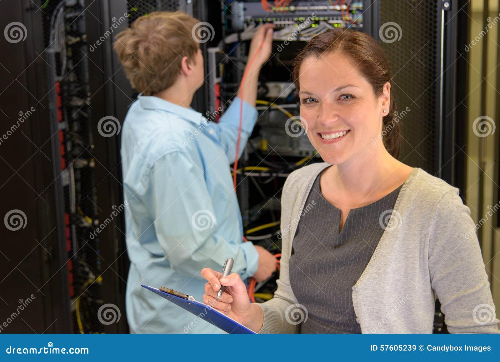 2 инженера сети в комнате сервера