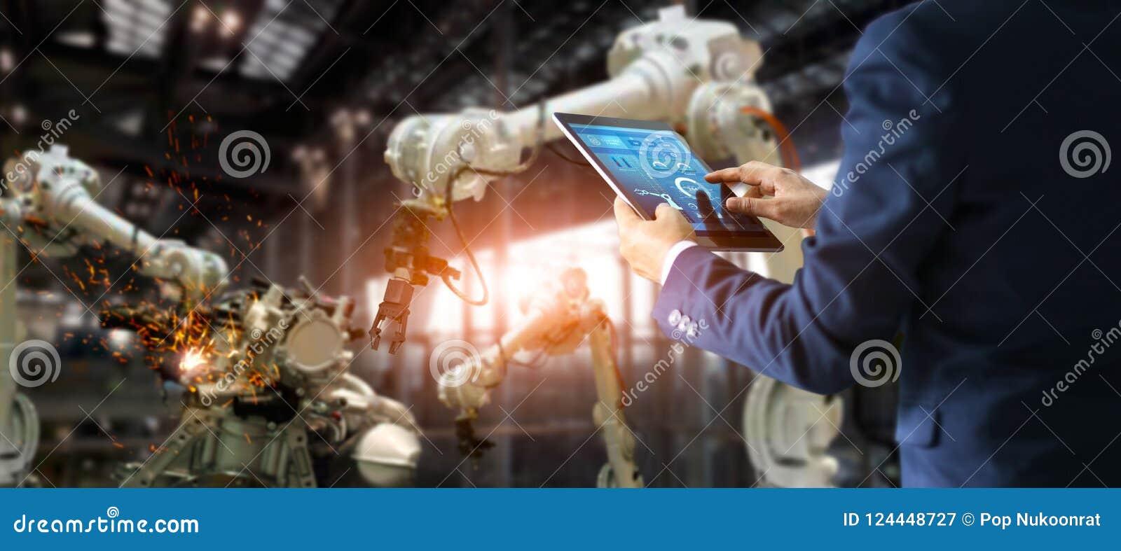 Инженер менеджера промышленный используя автоматизацию таблетки контролируя