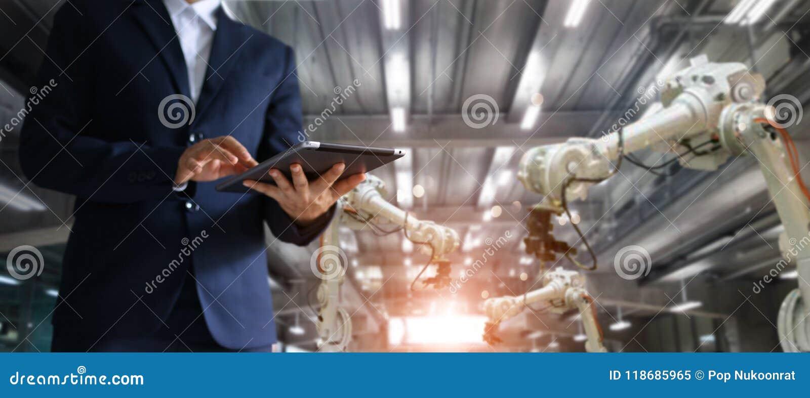 Инженер менеджера промышленный используя autom проверки и управления таблетки