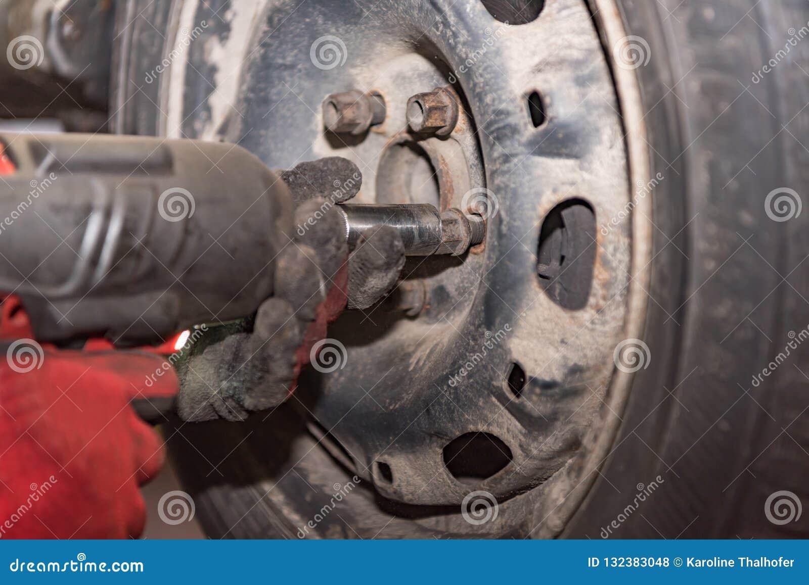 Инженер мехатроники изменяя автошины автомобиля