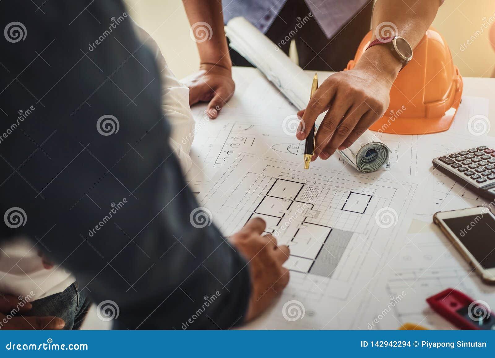Инженер работая на светокопии дома в офисе для обсуждать проект недвижимости Концепция инструментов и конструкции инженерства