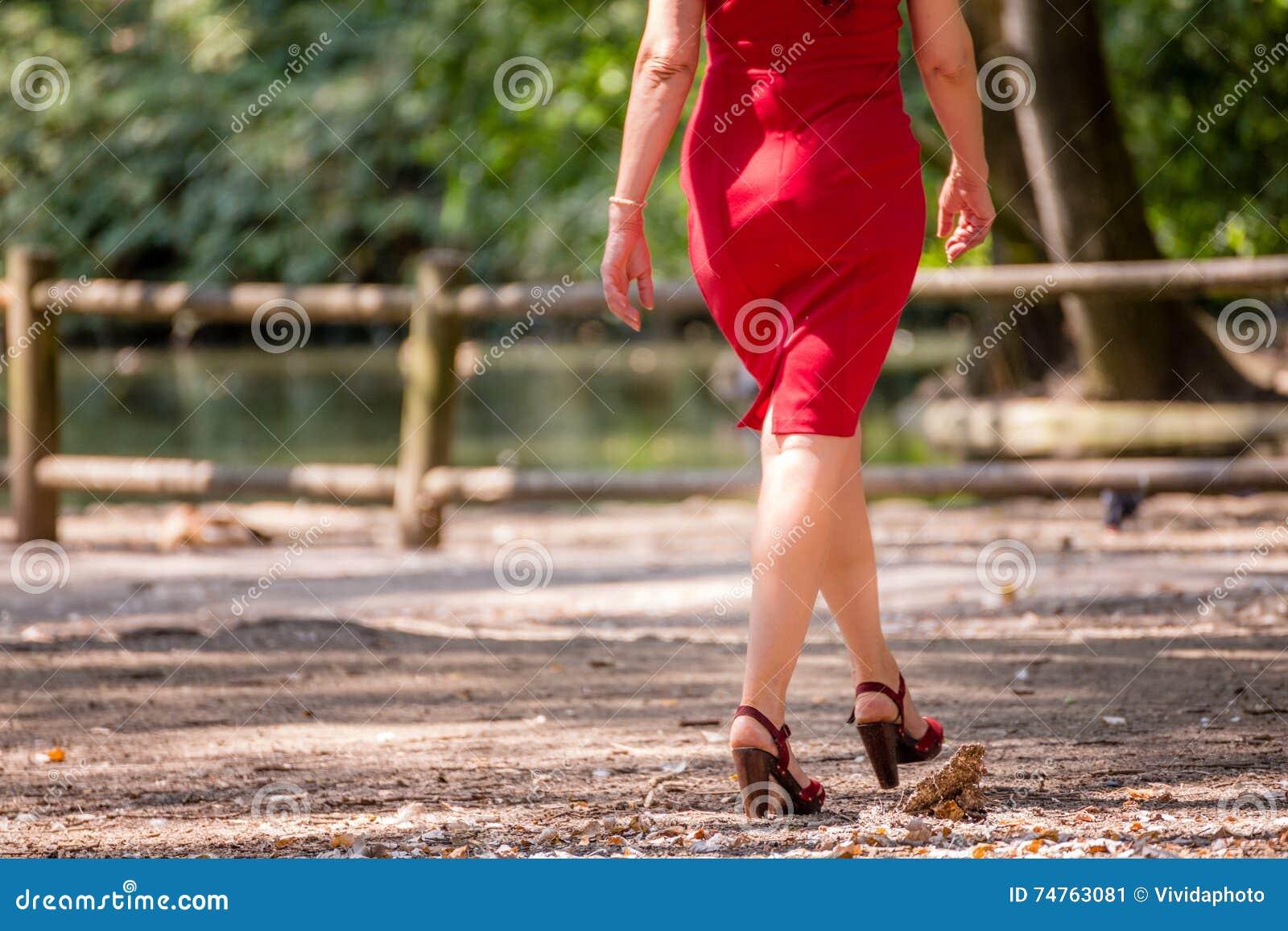 длиной и повернутые женские ноги