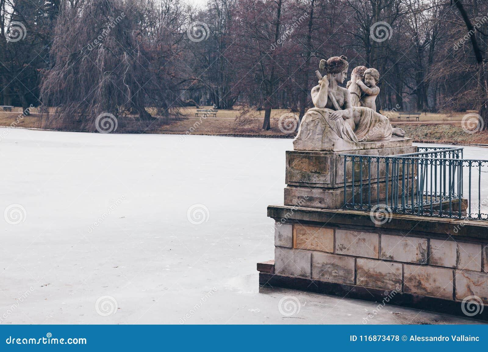 Иносказание Рекы Висла Ludwik Kauffman с замороженным озером в ваннах Варшавы королевских паркует в зиме