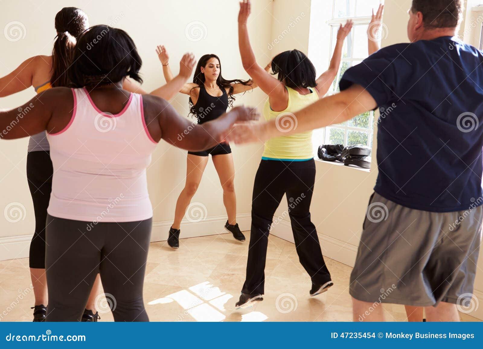 Инструктор фитнеса в классе тренировки для полных людей