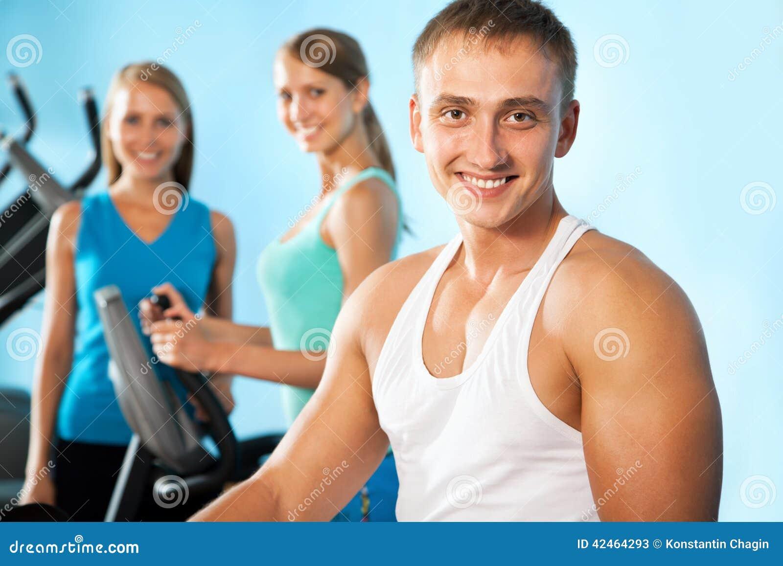 Инструктор фитнеса с людьми спортзала