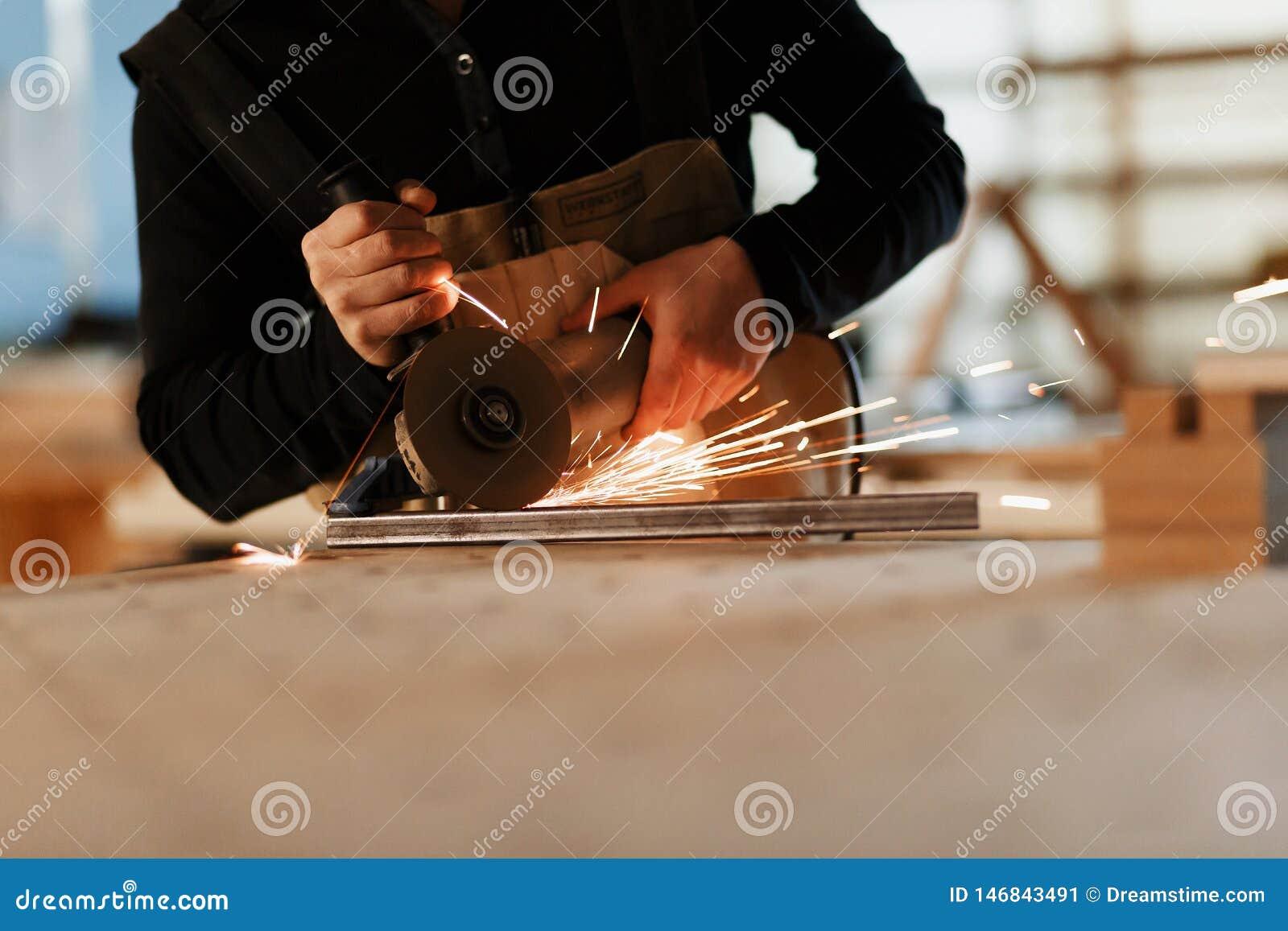 Инструментальный металл промышленного работника с много острых искр Фокус выбора к автомату для резки Copyspace