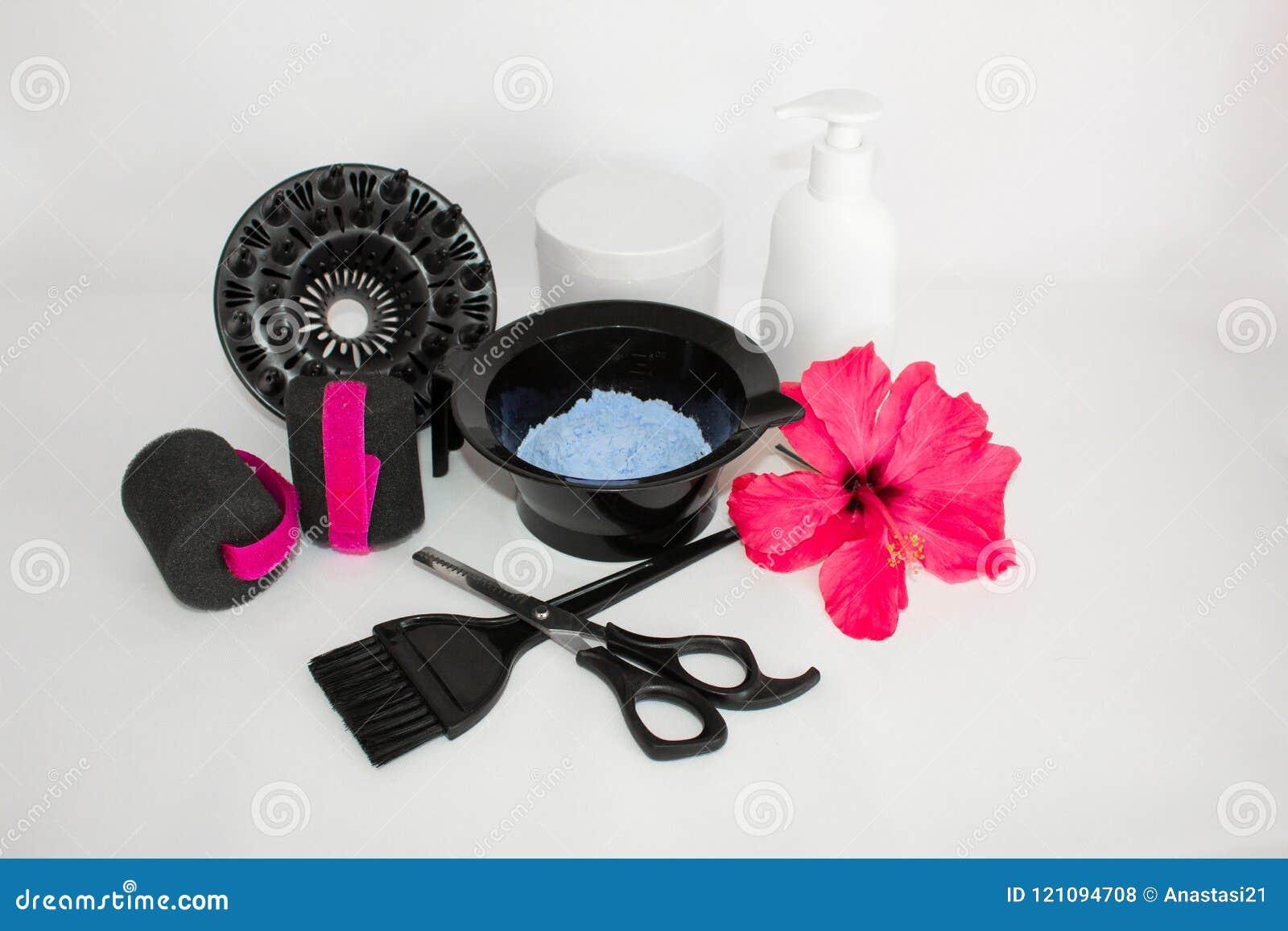Инструменты для краски волос и предпосылки белизны hairdye Парикмахер установил с краской волос, и щеткой, ножницами и curlers Ус