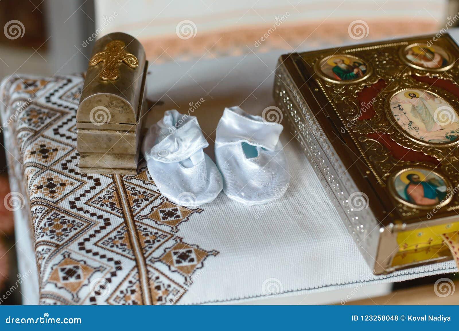 Инструменты для крещения младенца в церков Католицизм, концепция христианства