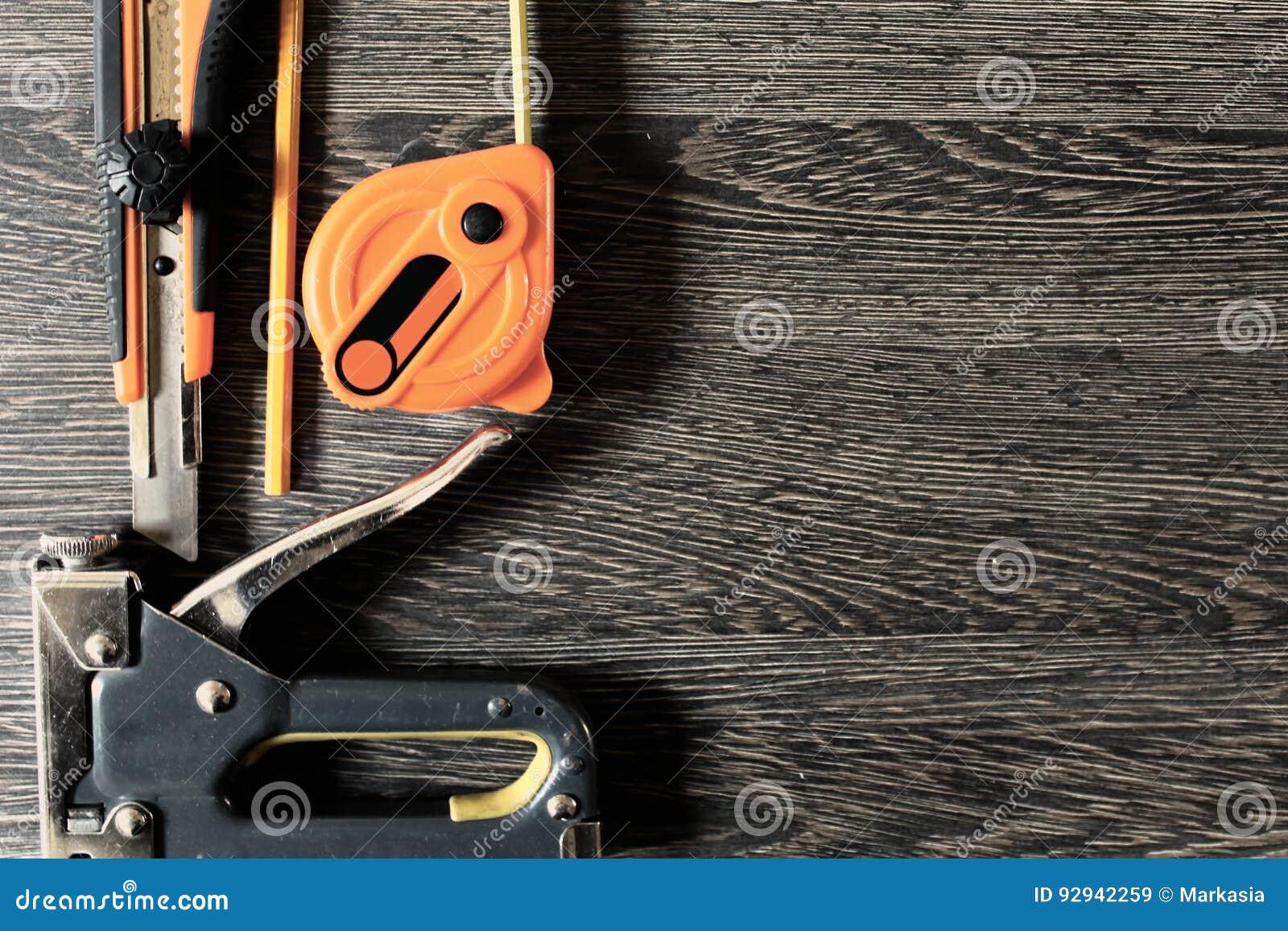 Инструменты деятельности на деревянной предпосылке