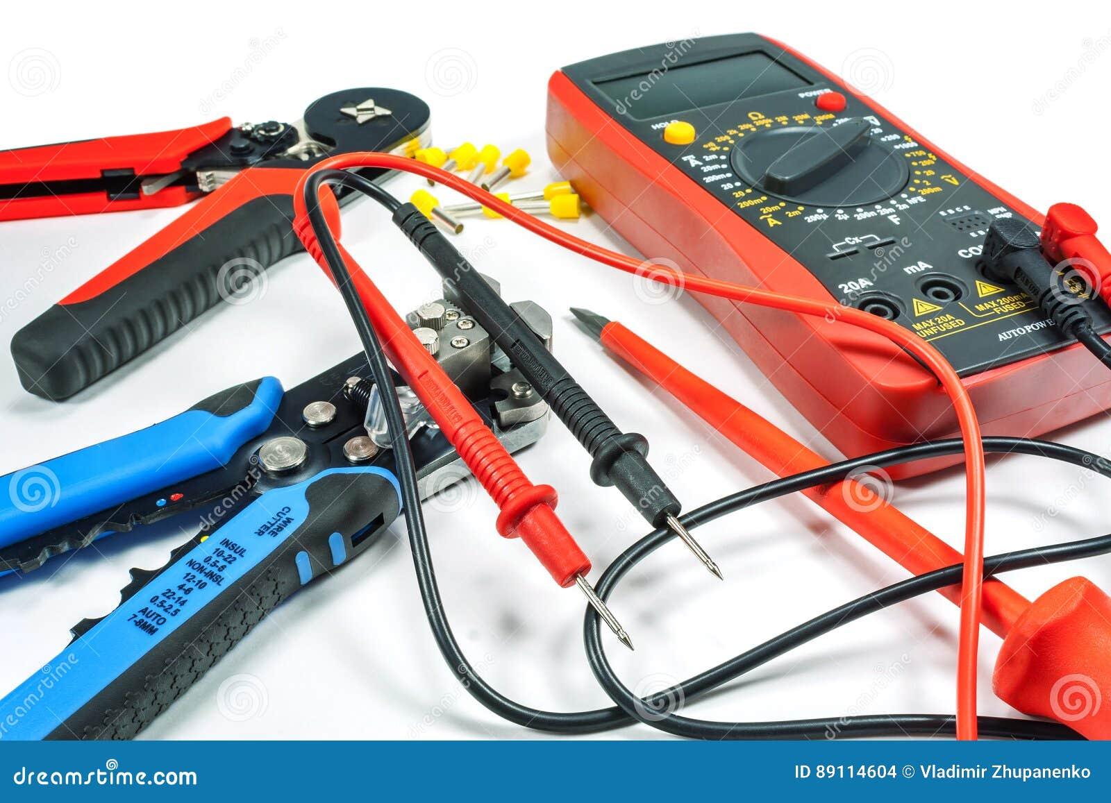 Инструменты и оборудование для электрической работы на белой предпосылке