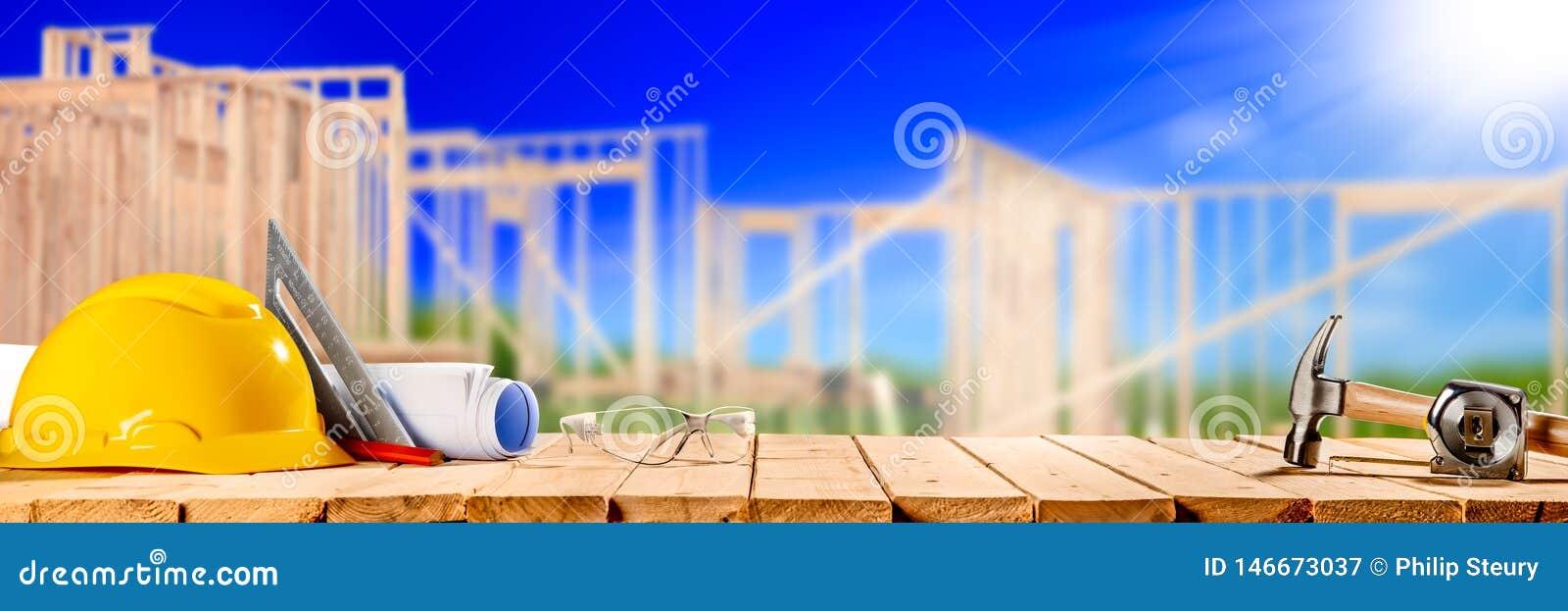 Инструменты конструкции на деревянном столе