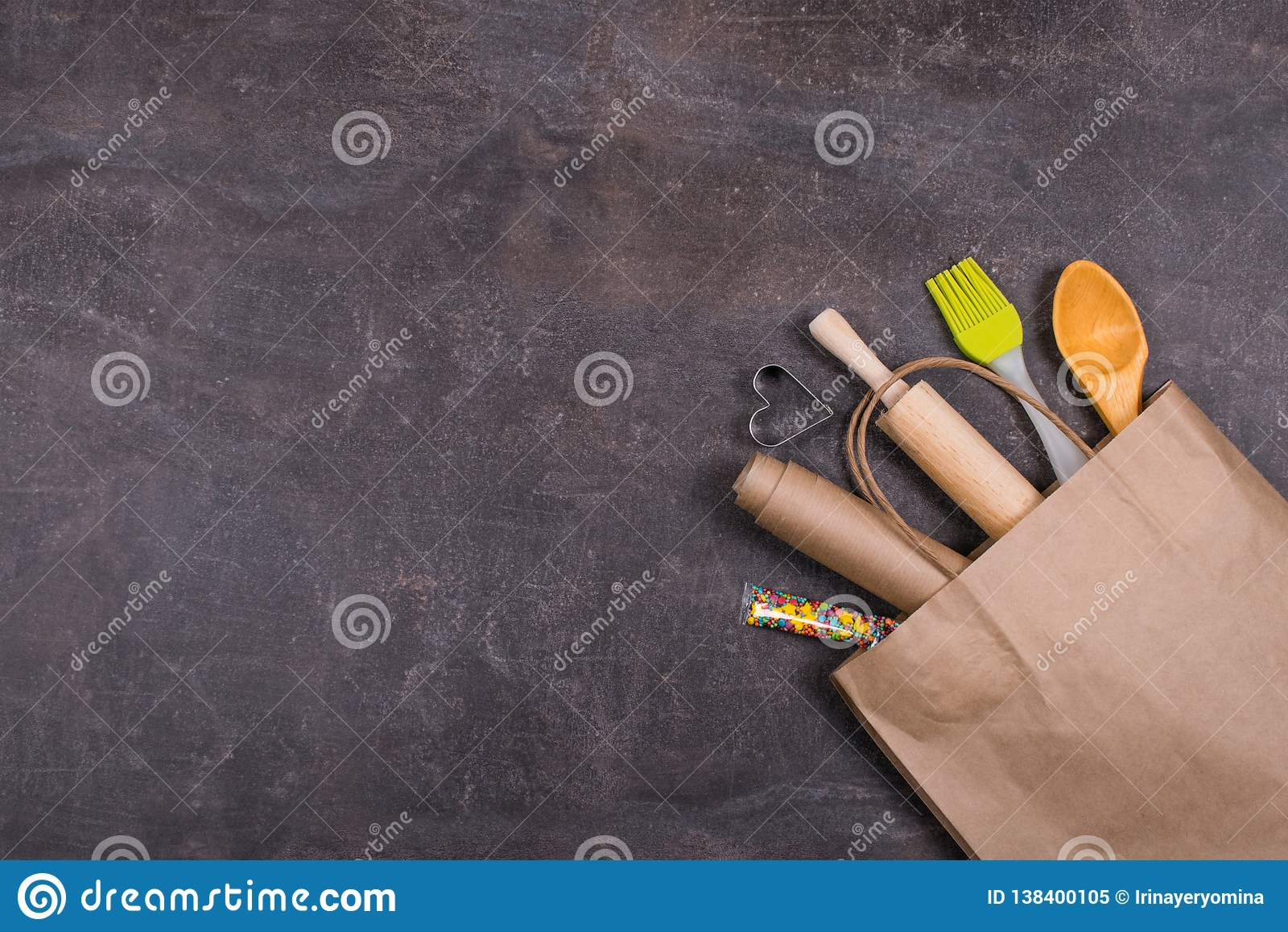 Инструменты пекарни в повторно использованной сумке бумажного ремесла Набор торта печь, инструменты пекарни, bakeware устанавлива