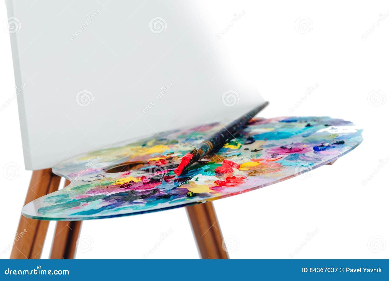 Инструменты щеток художника, деревянная тренога мольберта, палитра красочная белая предпосылка, студия, никто изолировано