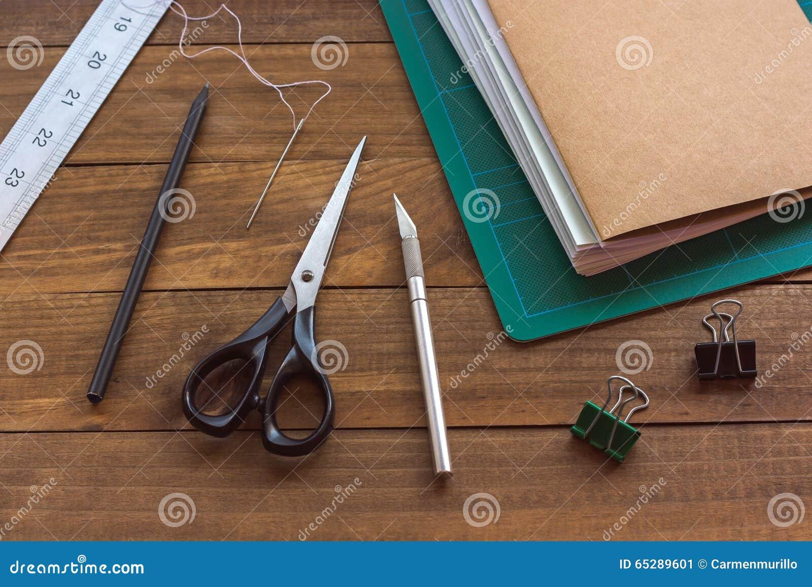 Инструменты Bookbinding на деревянном столе