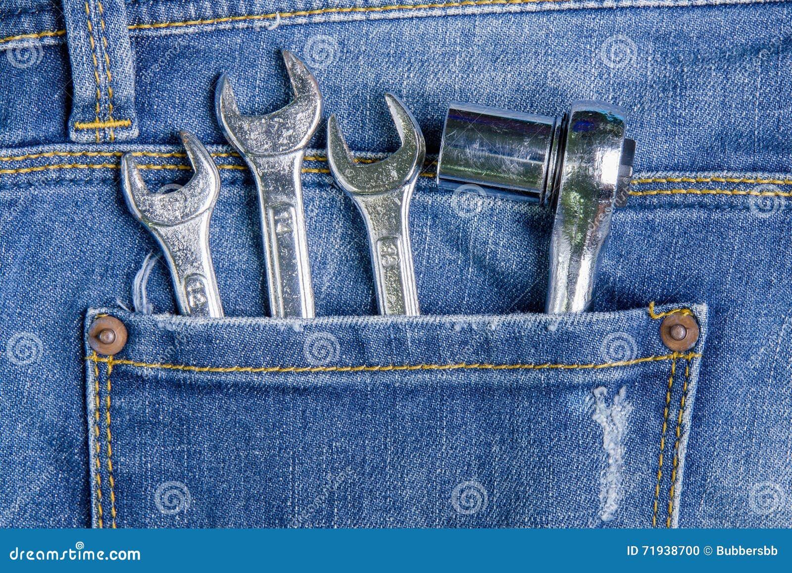 Инструмент ключа в задних карманных джинсах заднее карманн джинсыов предпосылки