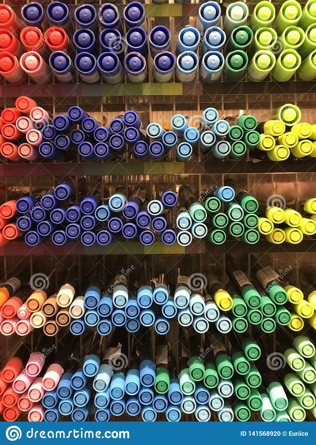 Интерьеры магазина Miniso - канцелярские принадлежности и ручки