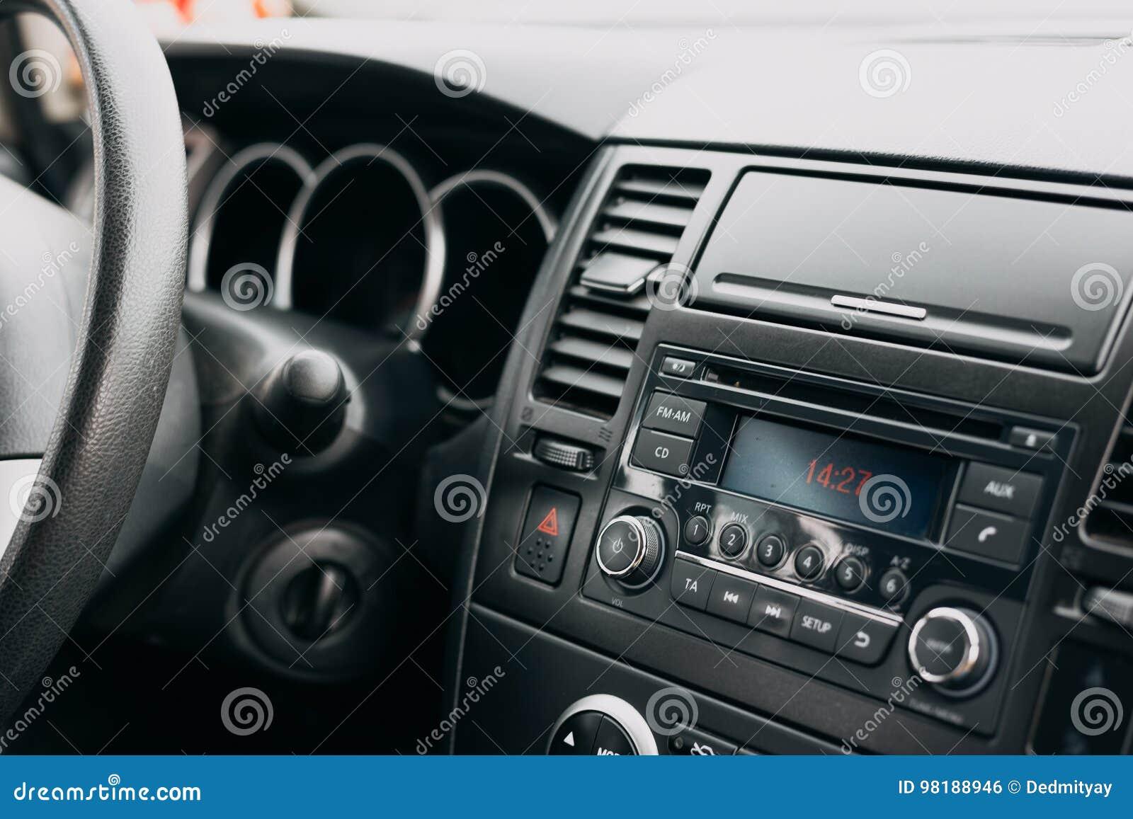 Интерьер автомобиля, пульт управления, приборная панель, система радио