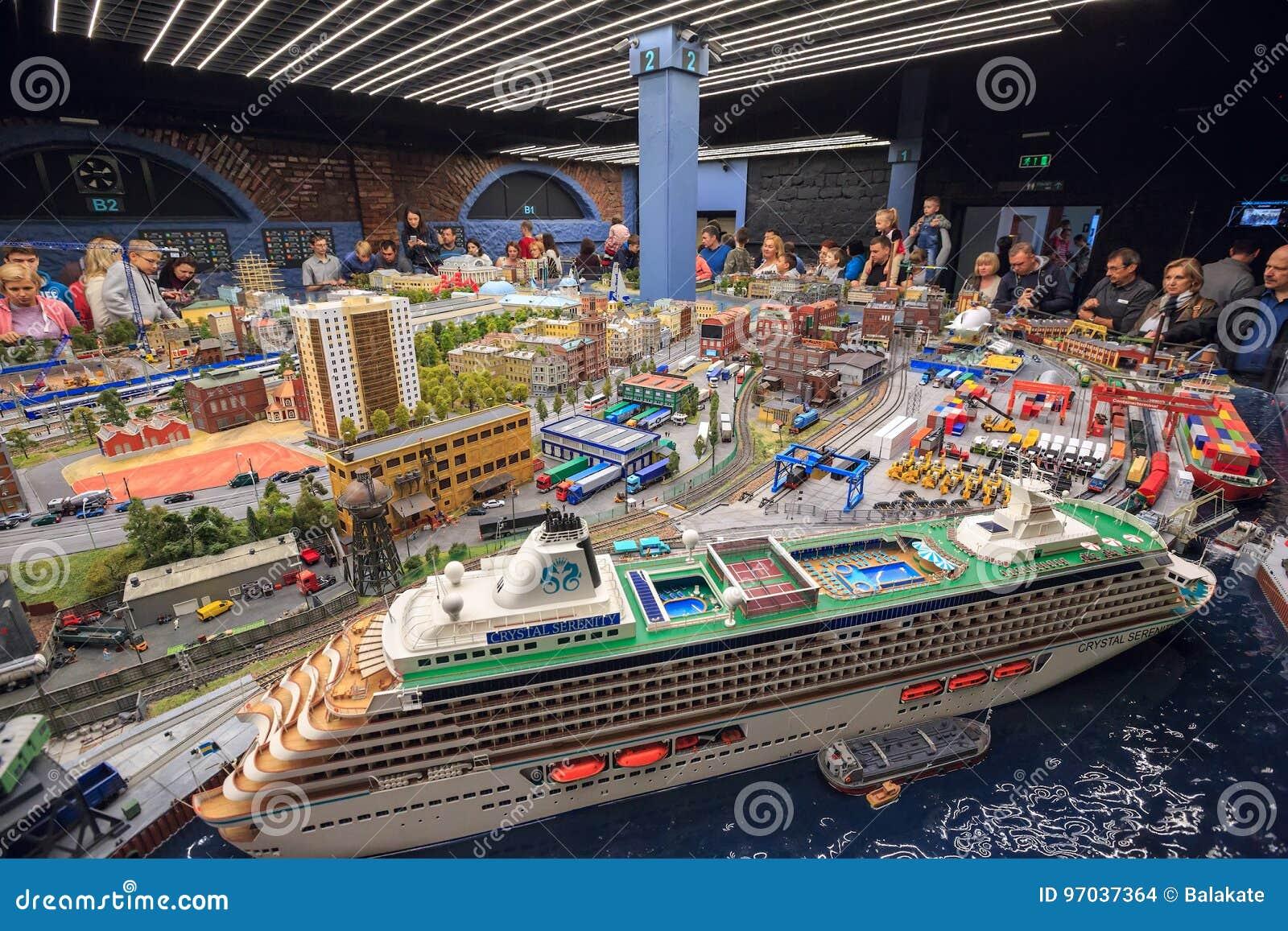 Интерьер выставки грандиозного Maket Rossiya святой petersburg России моста okhtinsky