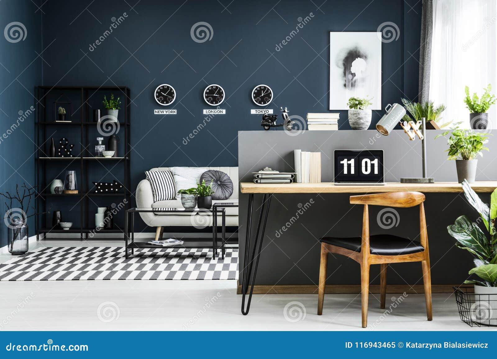 Интерьер домашнего офиса открытого пространства с столом, стулом, заводами и mod