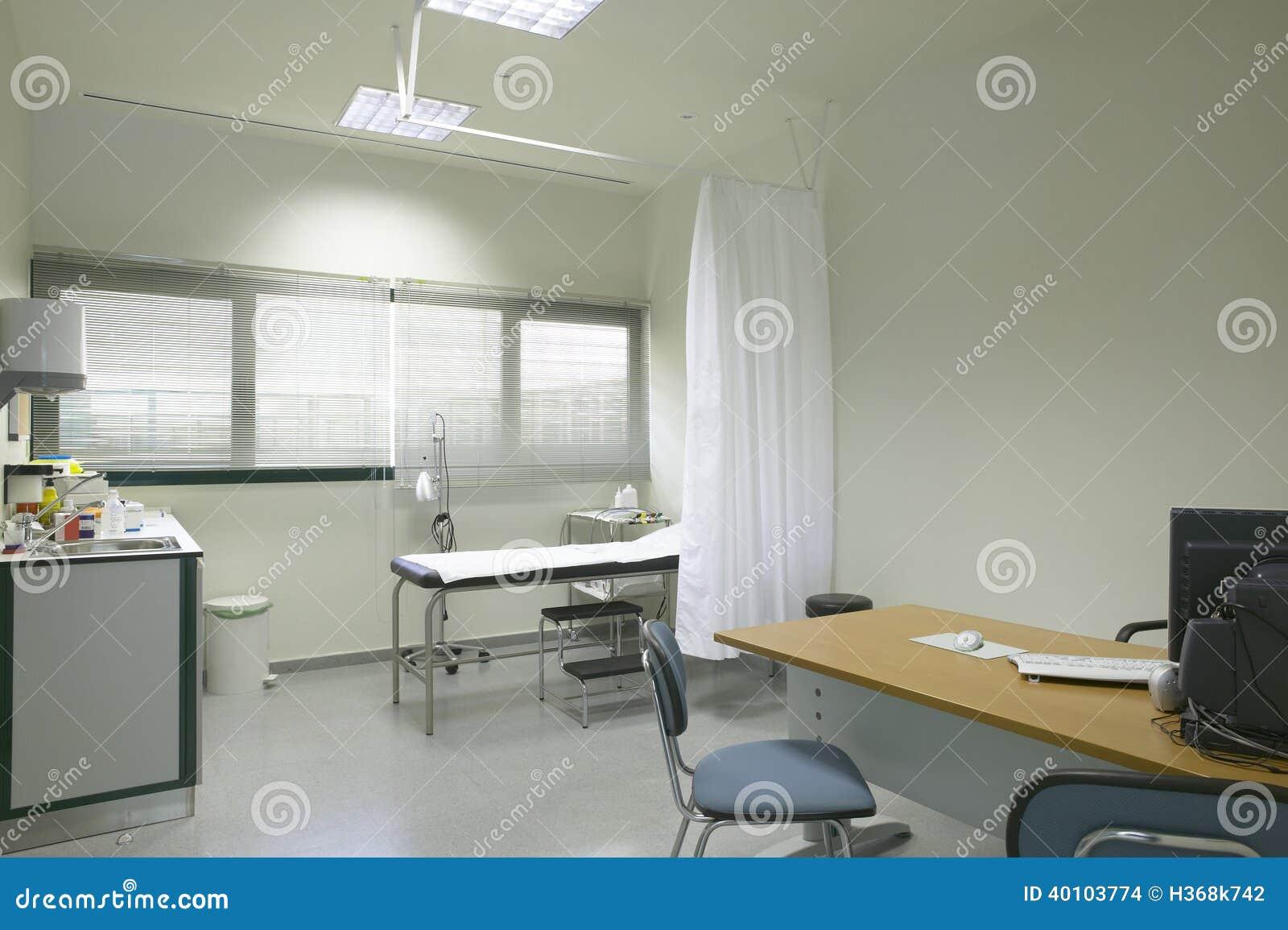 Интерьер комнаты доктора с оборудованием и мебелью.