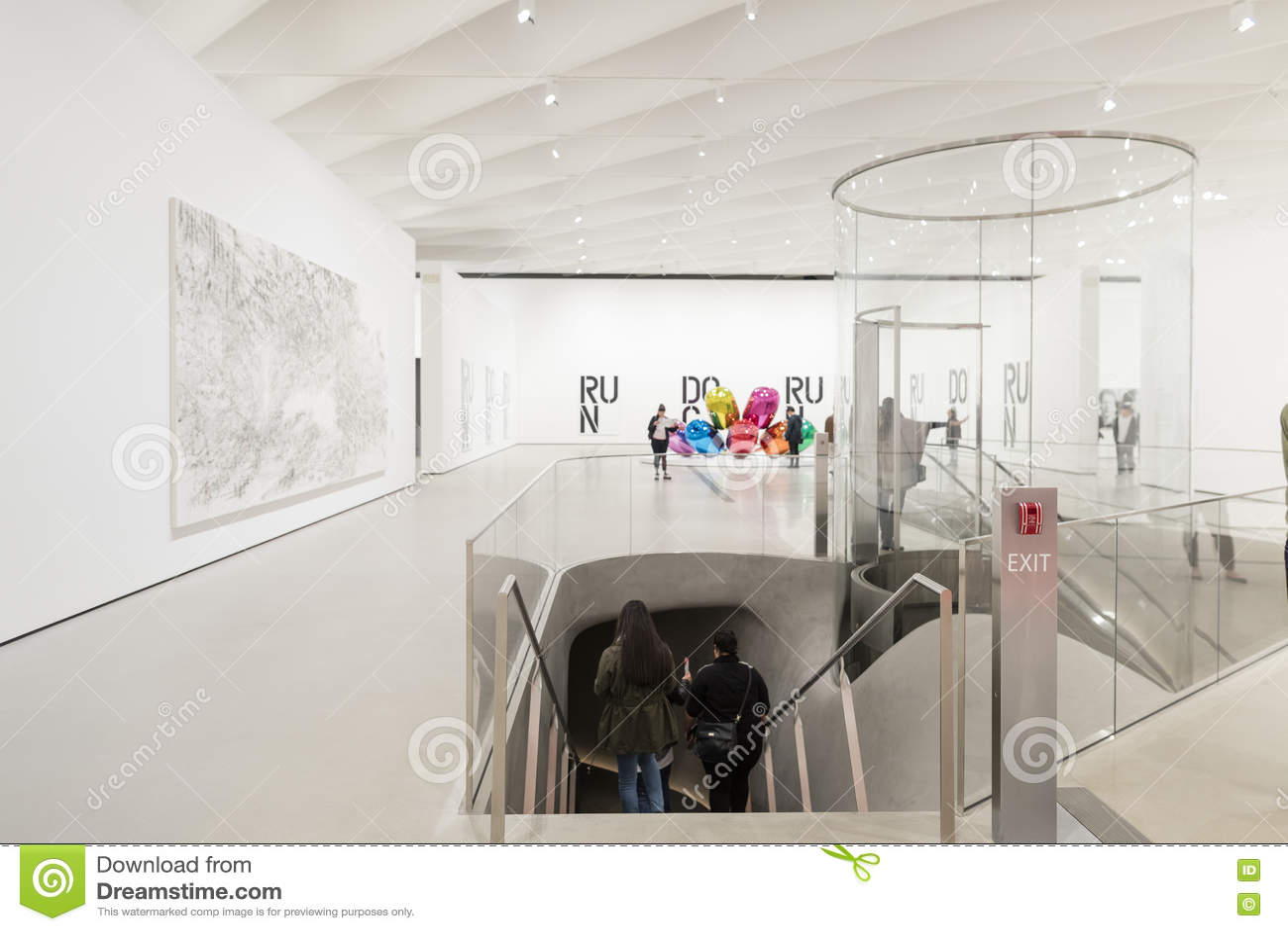 Интерьер обширного музея современного искусства