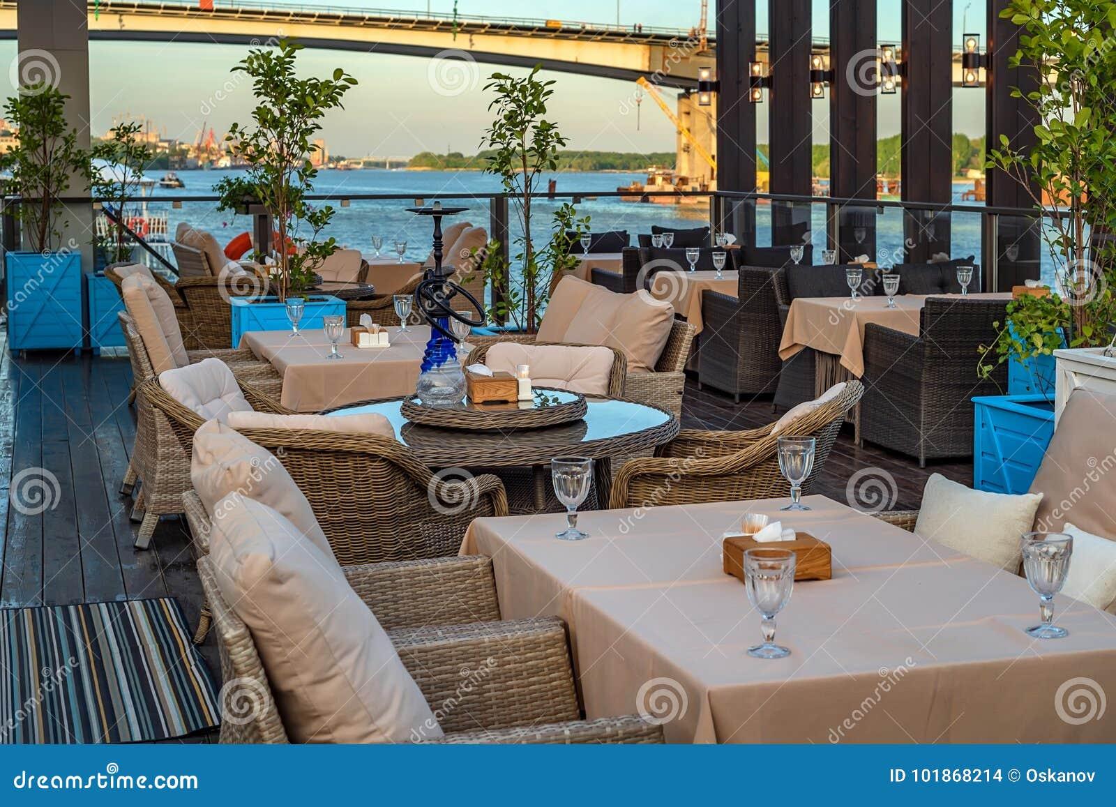 Интерьер ресторана на воде, софе и таблице
