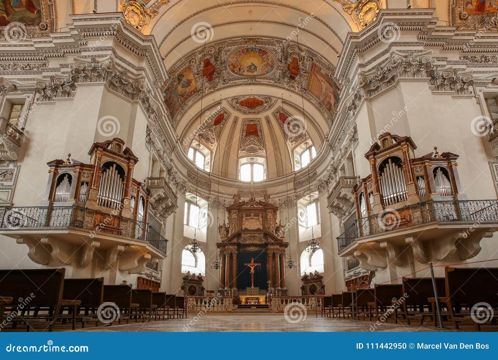 Интерьер собора Зальцбурга с органом и алтаром