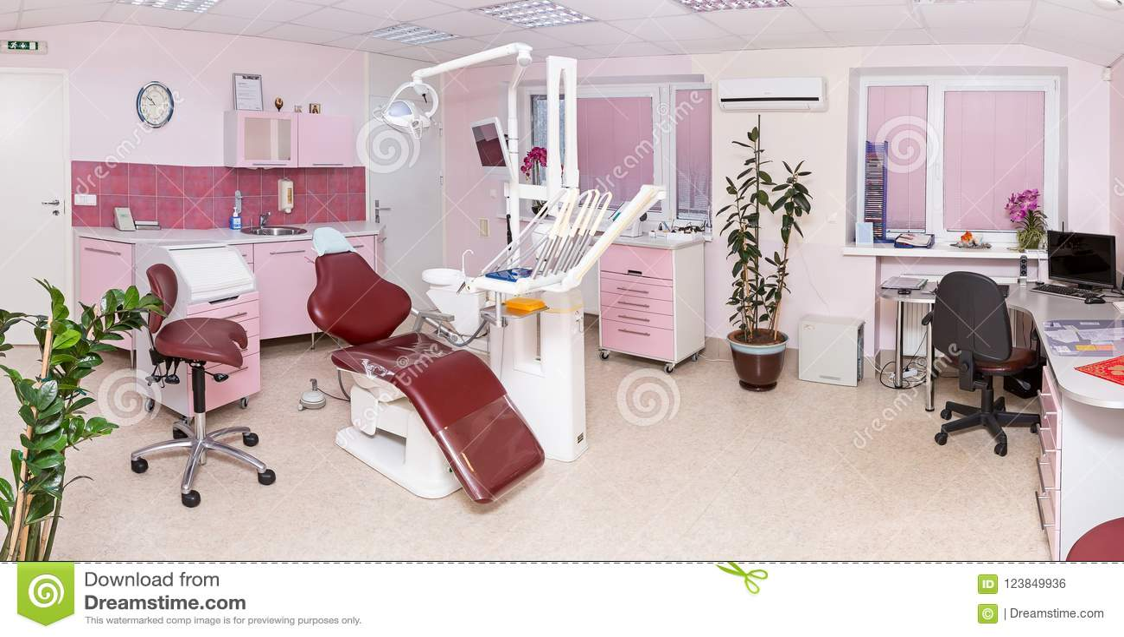 Интерьер стоматологии современной зубоврачебной клиники с профессионалом