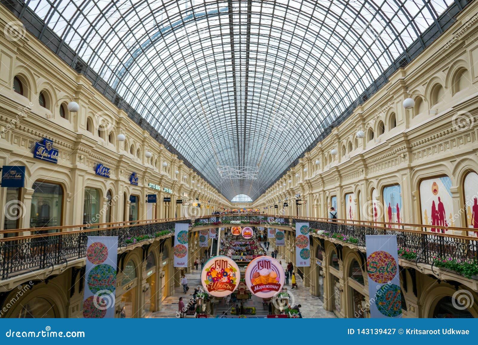 Интерьер торгового центра КАМЕДИ на красной площади в Москве, России