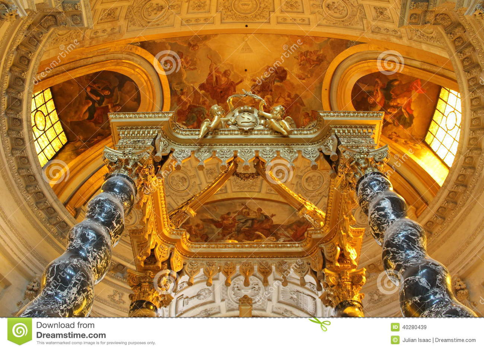 Интерьер церков des Invalides Сент-Луис, Парижа, Франции