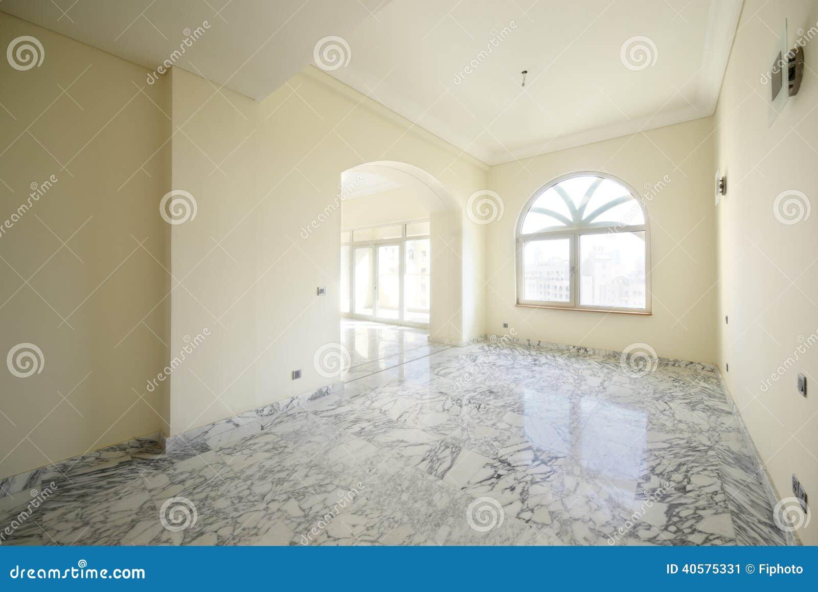 Интерьер яркой пустой комнаты