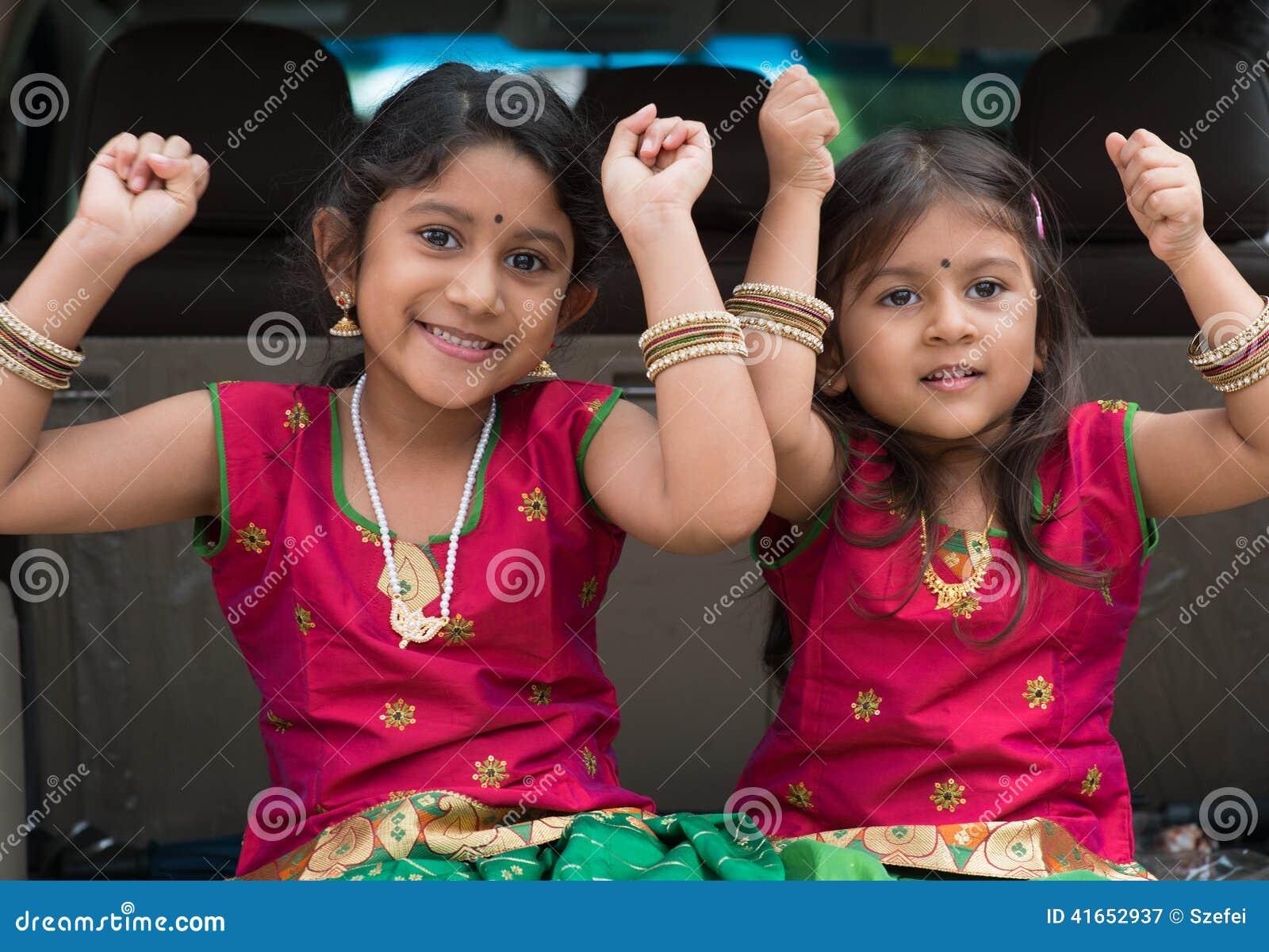 Индийские девушки сидя в автомобиле