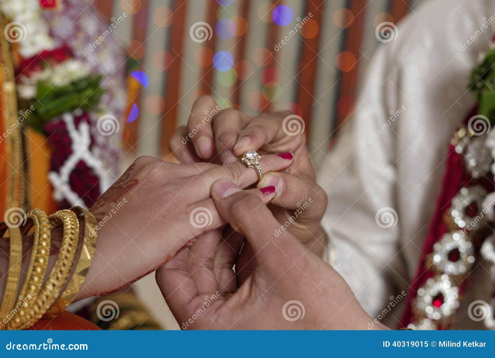 Индийский индусский жених и невеста обменивая обручальное кольцо в свадьбе махарастры.