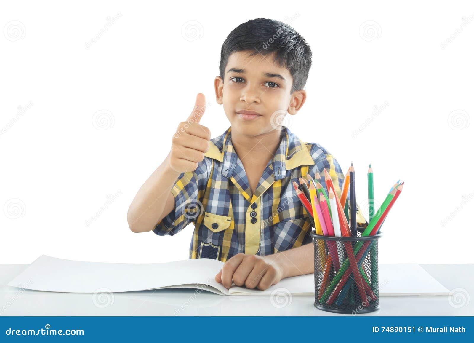 Индийский мальчик с примечанием и карандашем чертежа