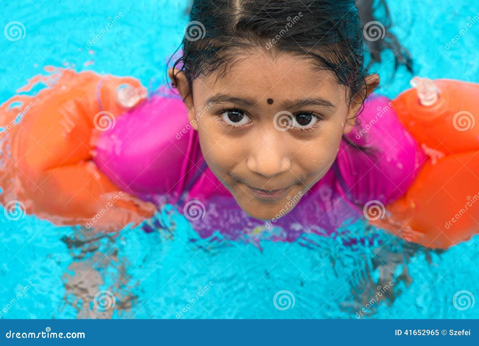 Индийское заплывание ребенка