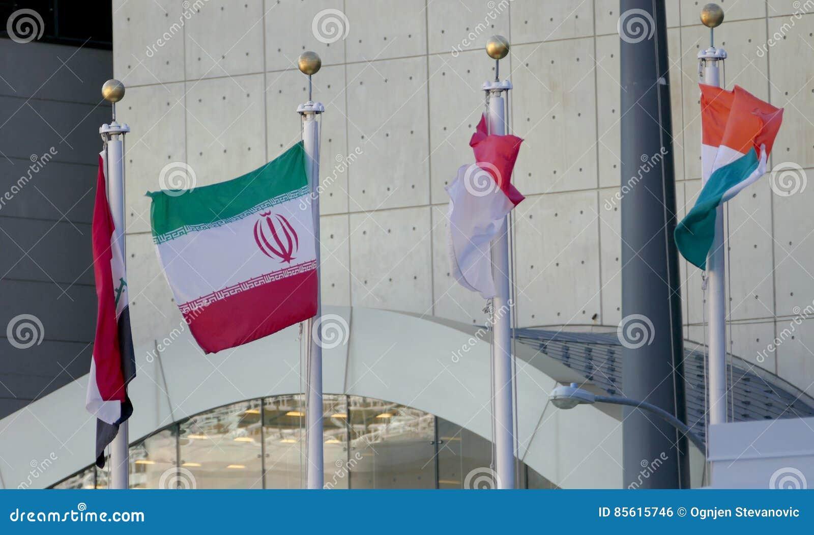 Иран и другие международные флаги в фронте управления Организации Объединенных Наций в Нью-Йорке