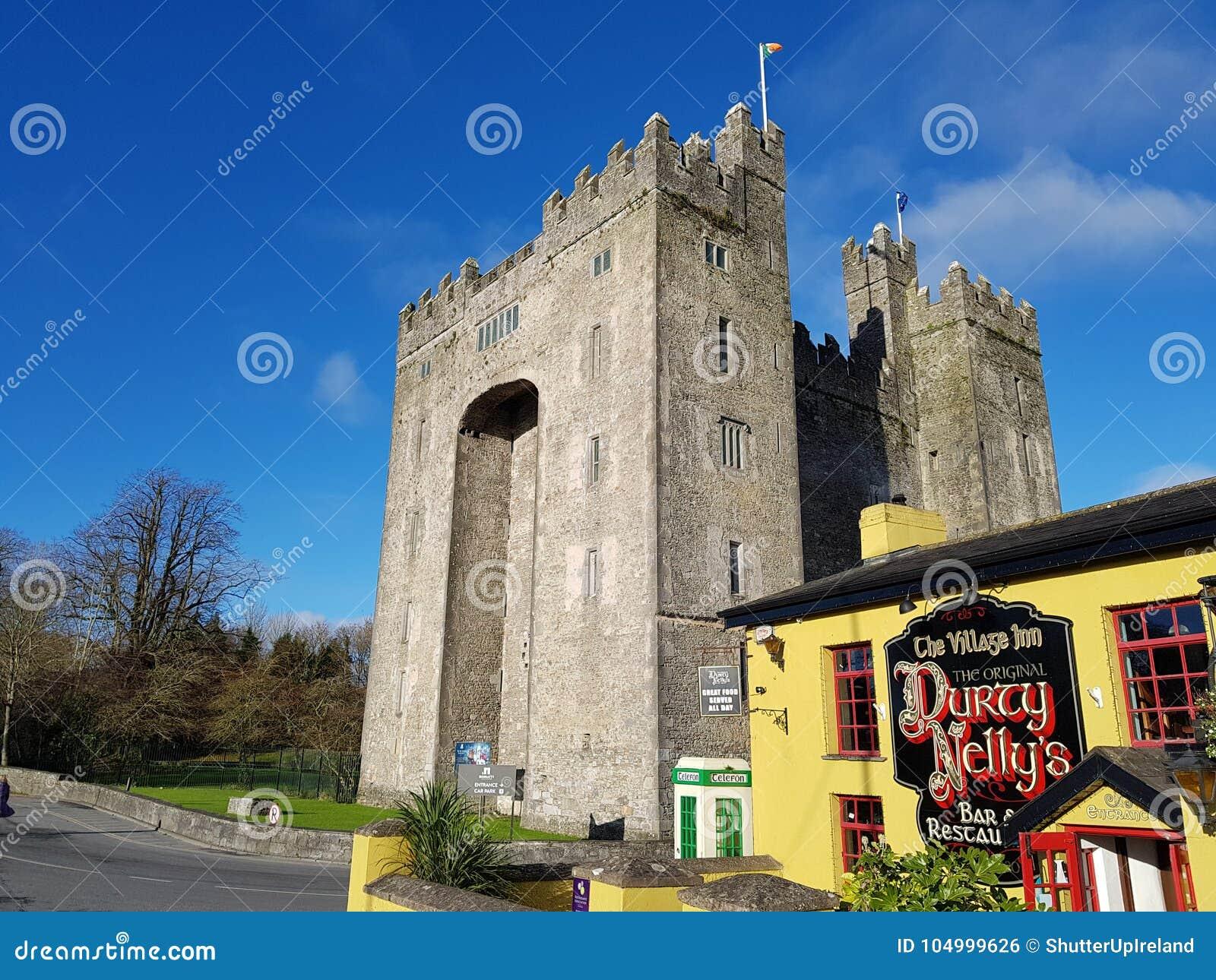 Ирландия - 30-ое ноября 2017: Красивый вид ` s Ирландии большинств известный замок и ирландский паб в графстве Кларе