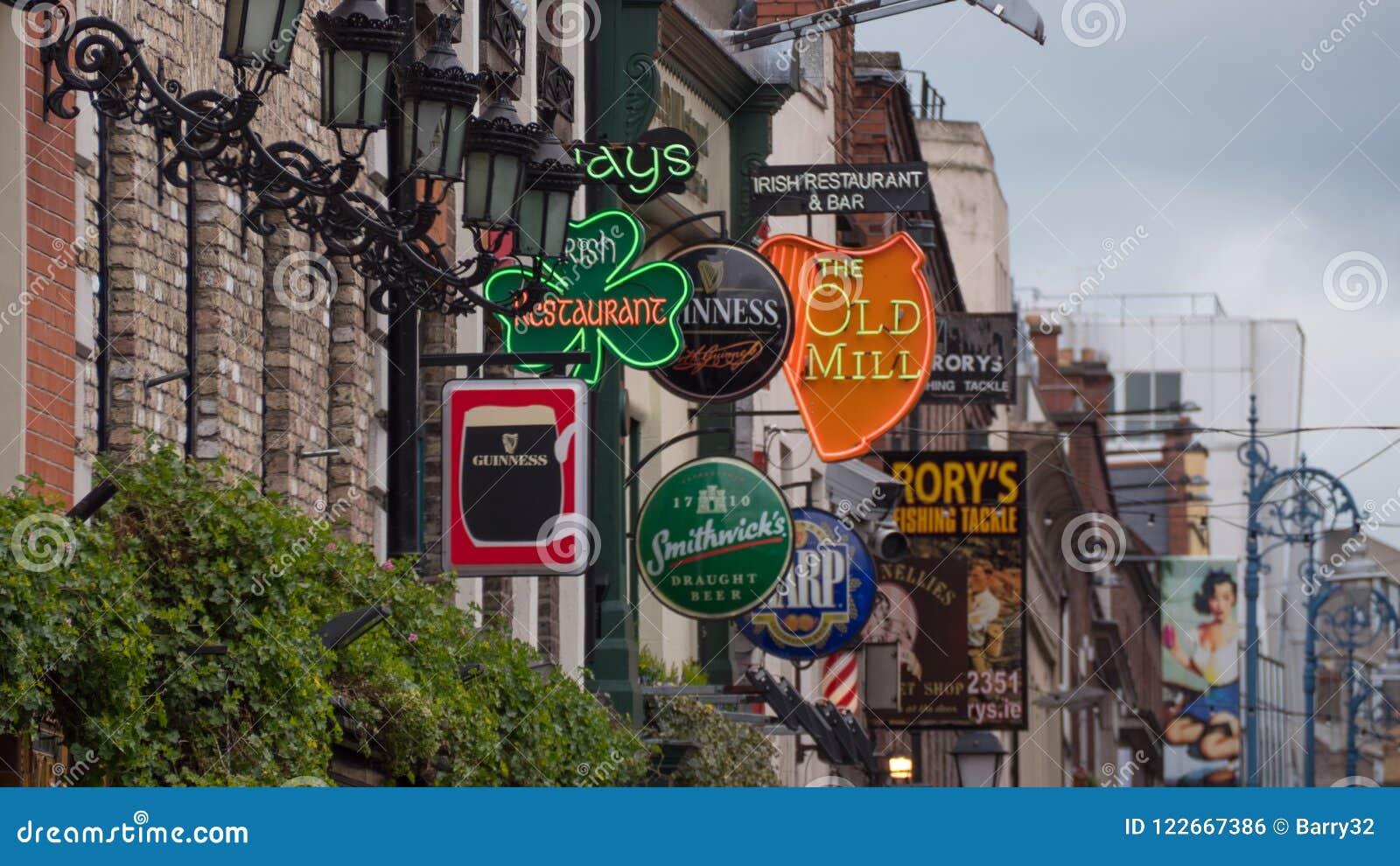 Ирландский паб подписывает вне пабов в баре виска, Дублине, Ирландии