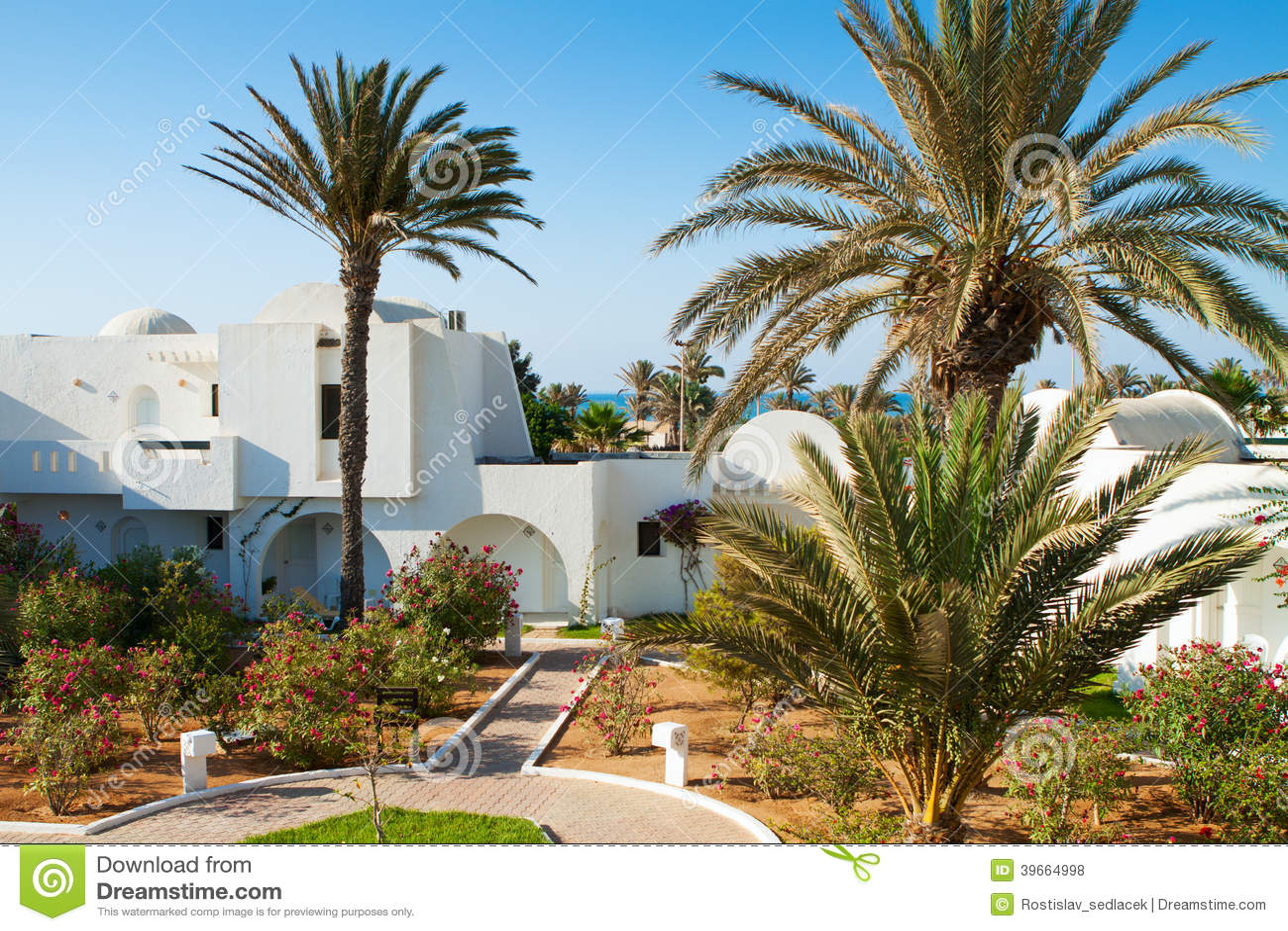 Искать курорт гостиницы в солнечном летнем дне