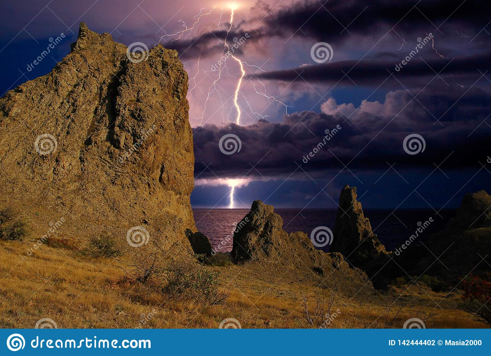 Искра молнии над горной цепью Karadag