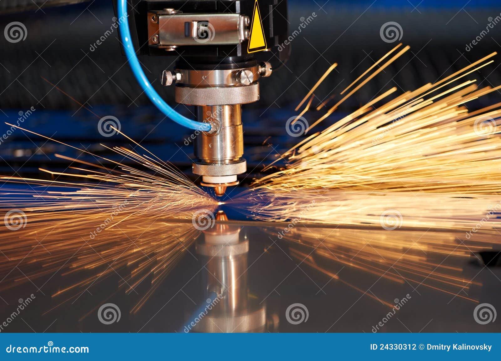искры листа металла лазера вырезывания