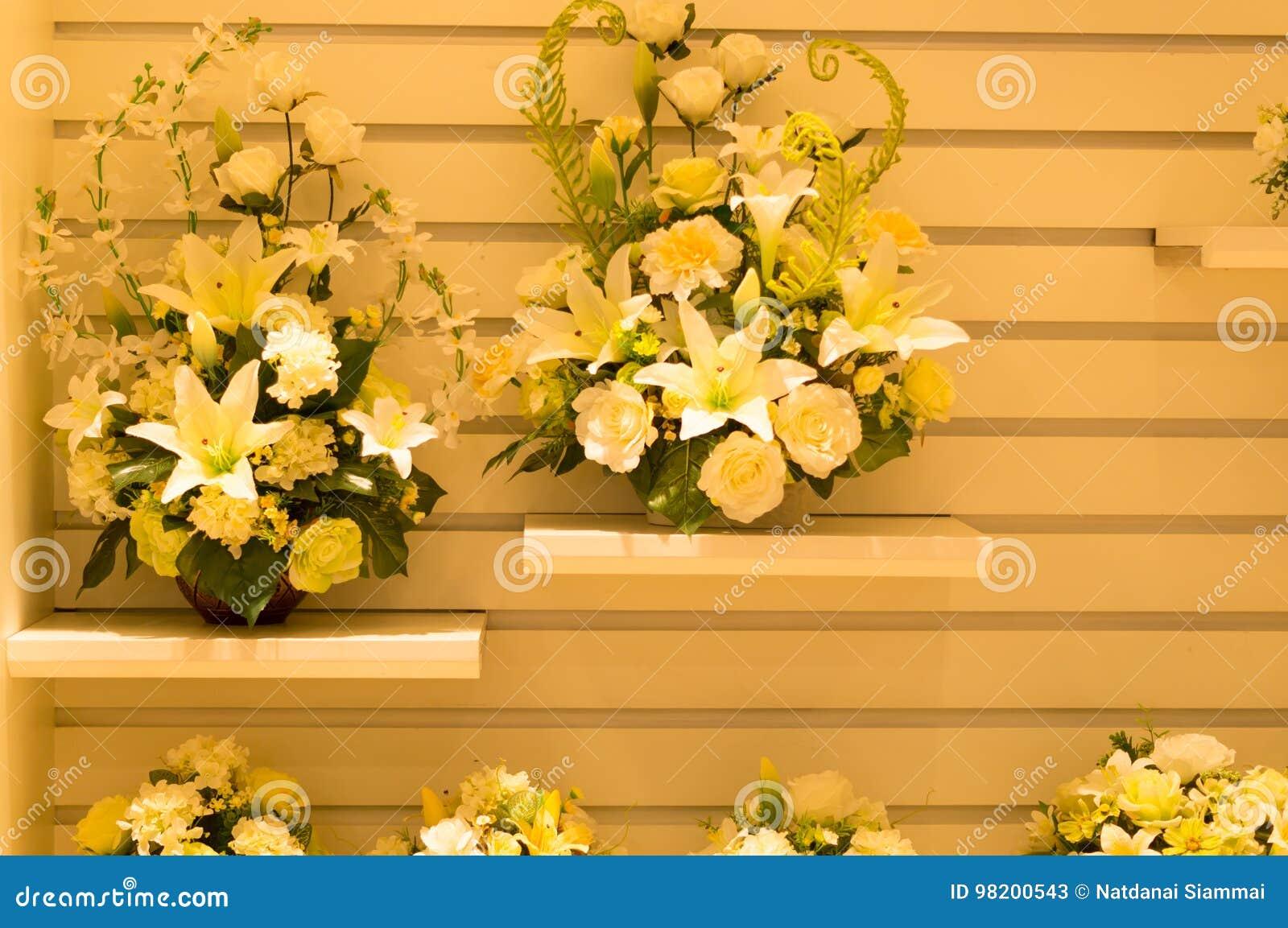 Download искусственним белизна предпосылки изолированная цветком Стоковое Изображение - изображение насчитывающей померанцово, украшение: 98200543
