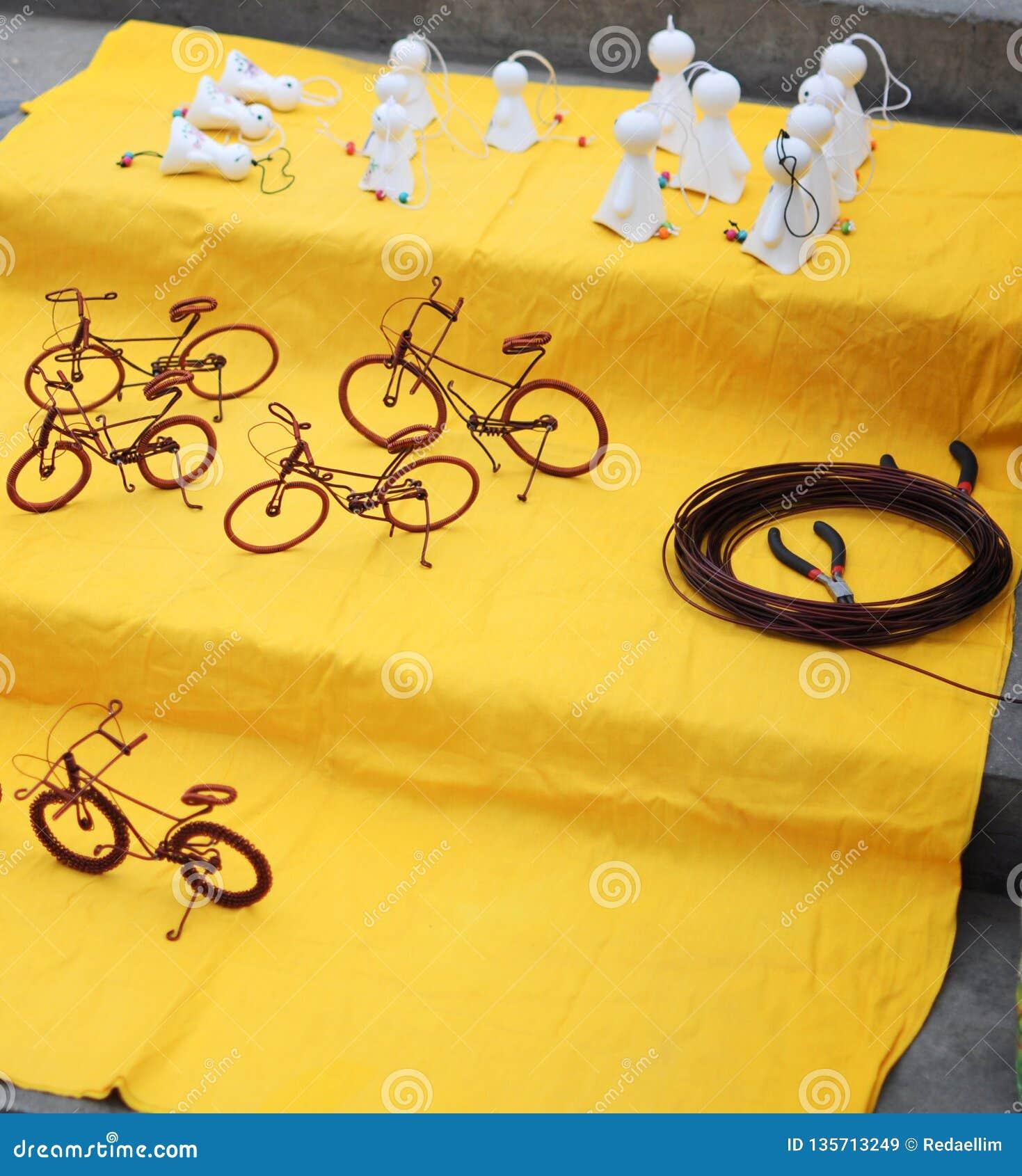 Искусство улицы: велосипед сделанный с проводом и маленькими призраками