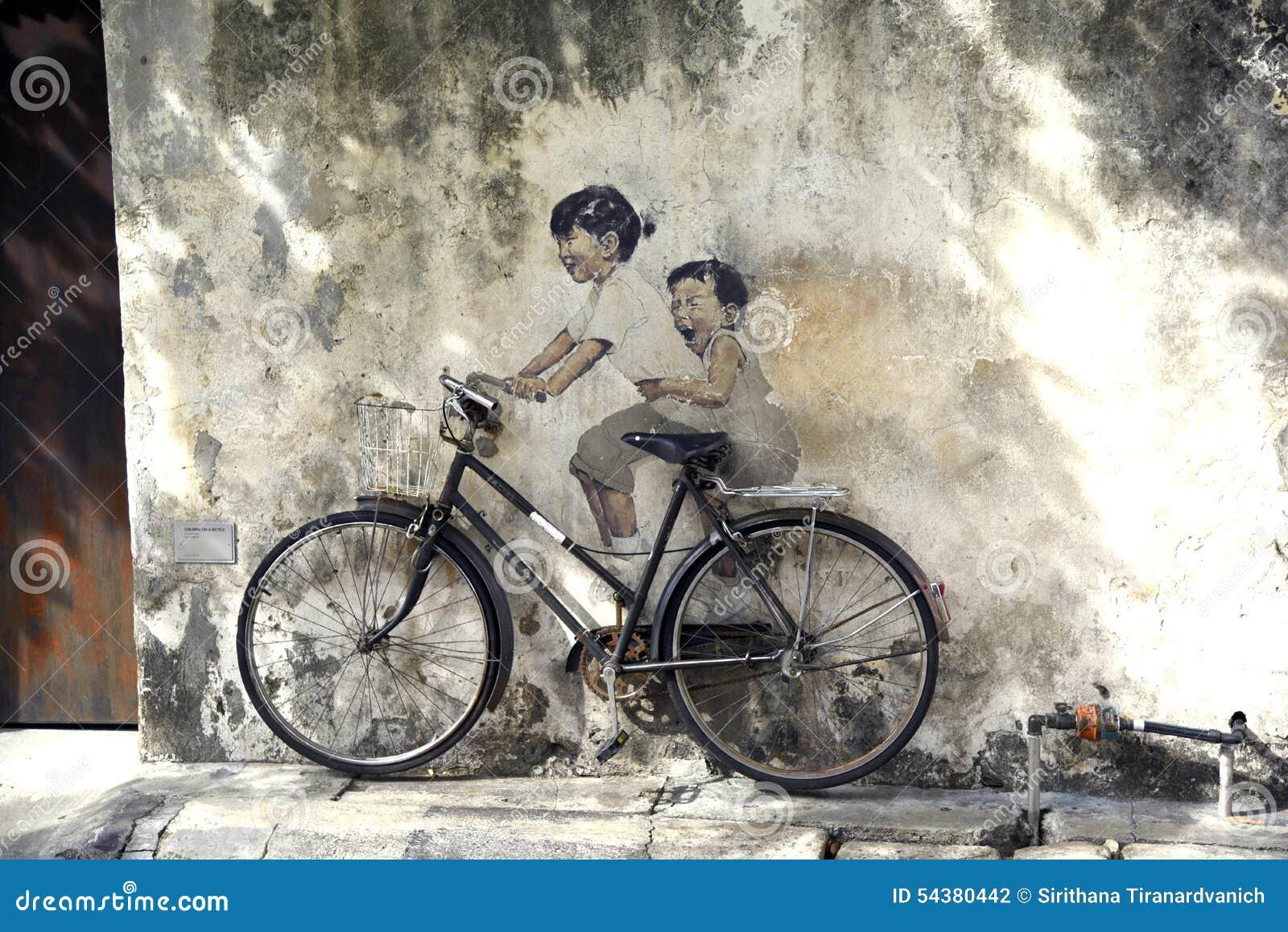 Искусство улицы Penang - дети на велосипеде