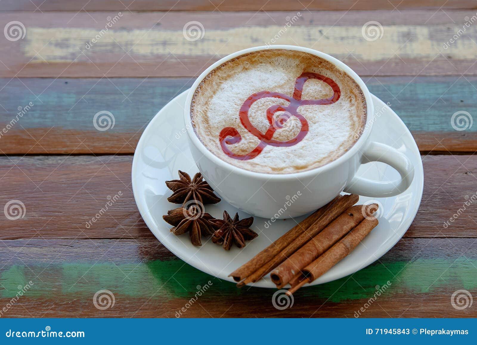 Искусство latte чашки кофе