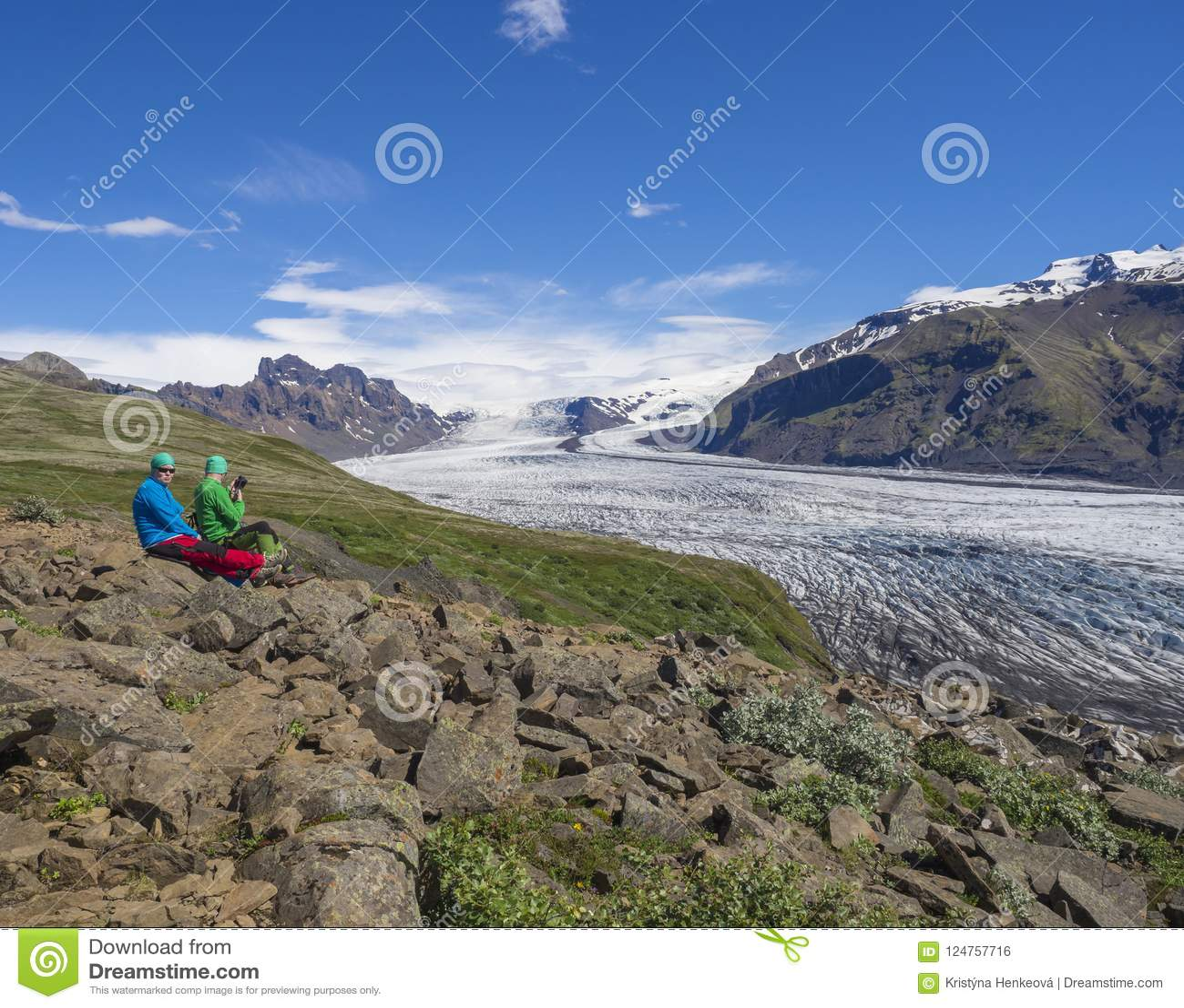 Исландия, национальный парк Skaftafell, 5-ое июля 2018: туристские пары