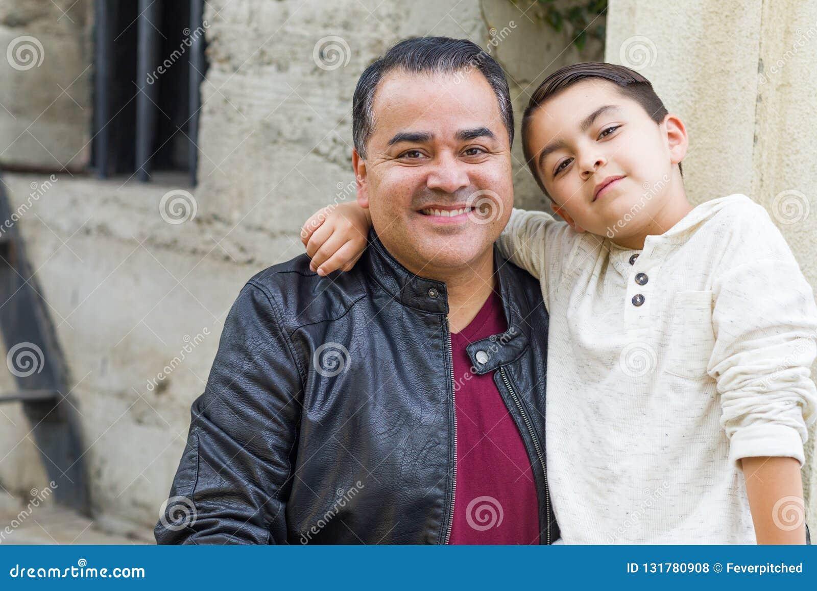Испанец смешанной гонки и кавказские сын и отец