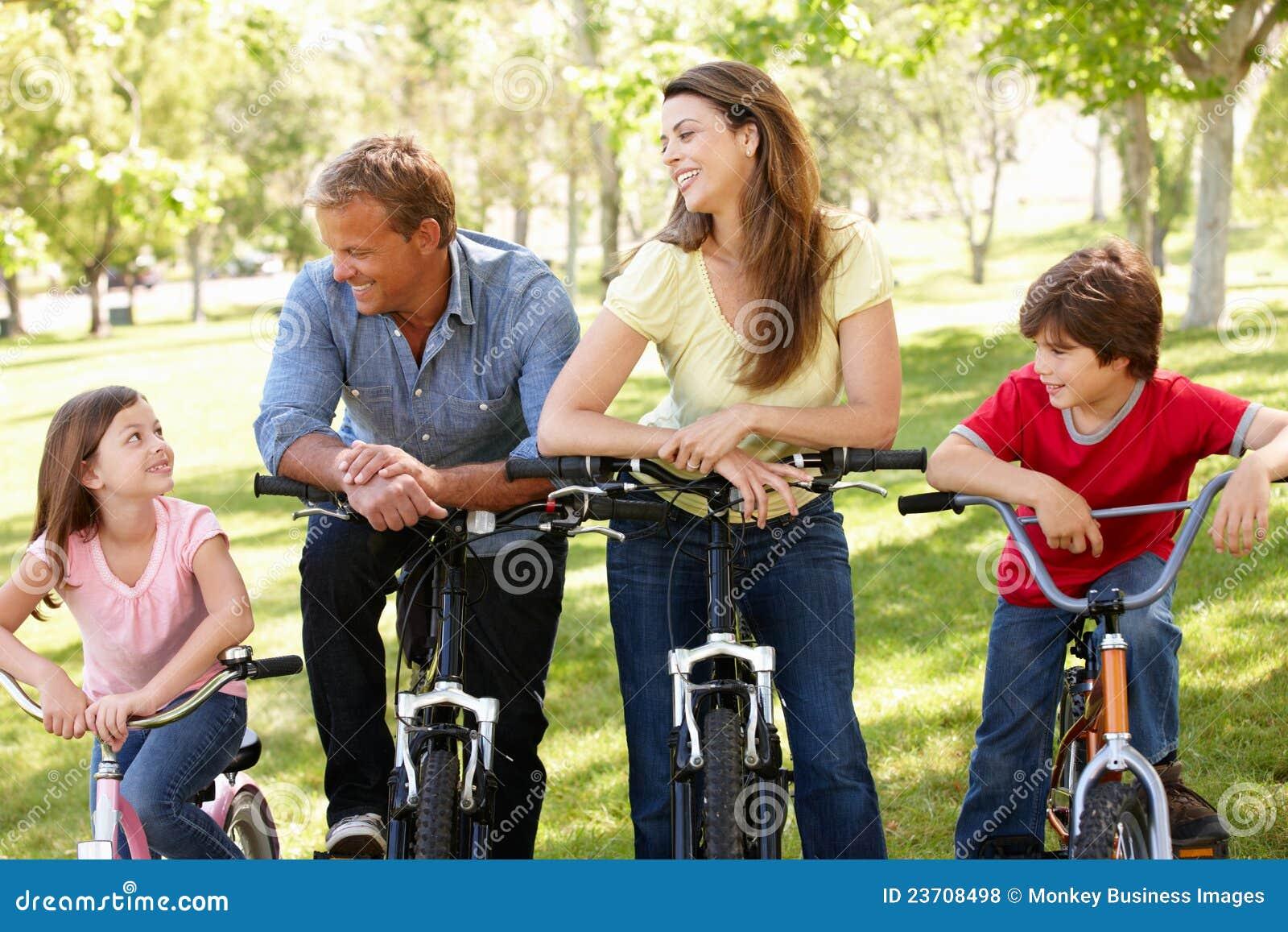 Испанская семья на bikes в парке